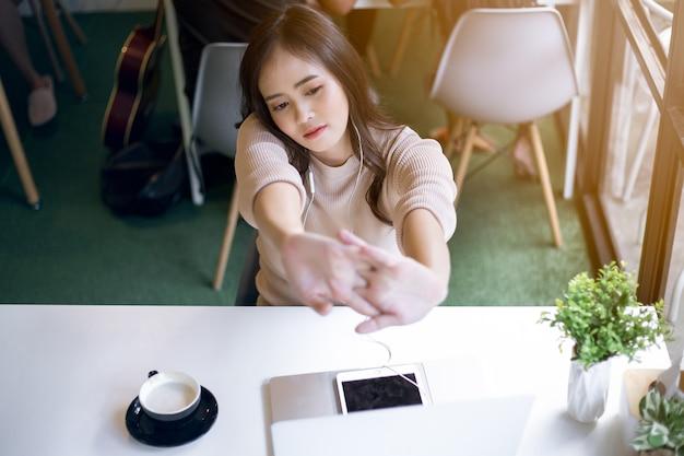 Азиатская женщина работает отдых в кафе. внештатная концепция.