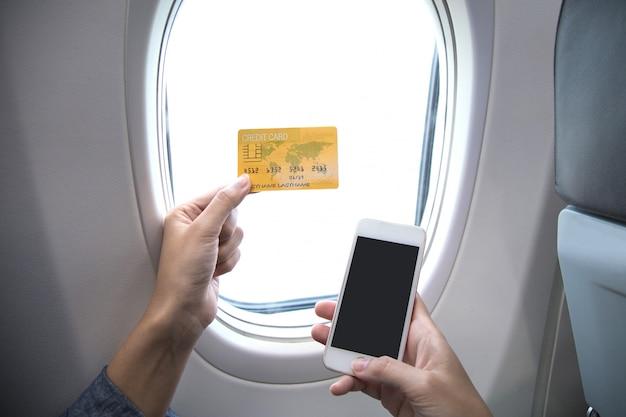 女性は飛行機でスマートフォンでインターネット上で購入します。