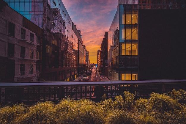 ニューヨーク市の高線と夕日の建物