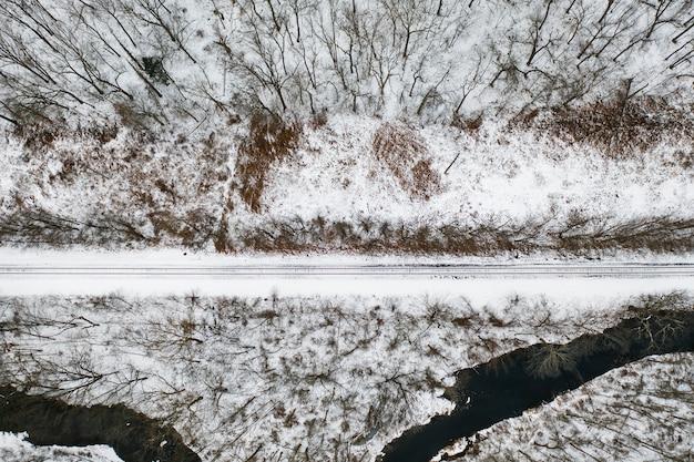 冬の鉄道線と川の空撮