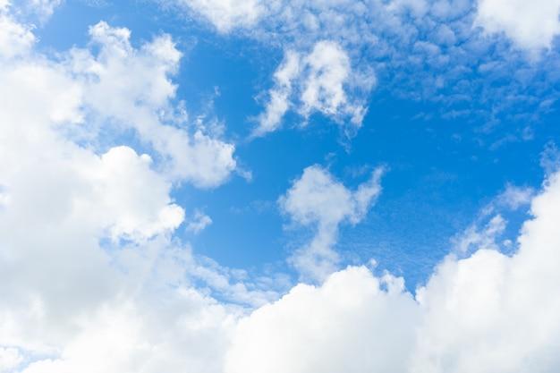 背景として空に雲の自然。