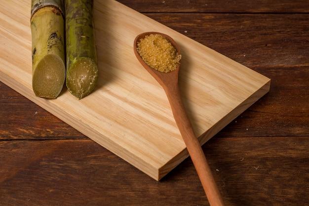 カシャーサは、ブラジルで生産されたサトウキビで作られた典型的なアルコール飲料の名前です。木製のテーブルにブラジルの伝統的な飲み物