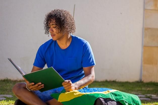Бразильский молодой человек студент с флагом бразилии