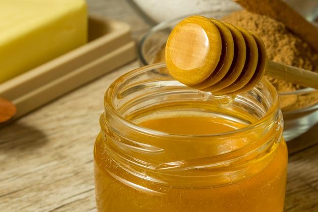 Ингредиенты для приготовления здорового печенья. банан, мука овес, мед, корица и масло