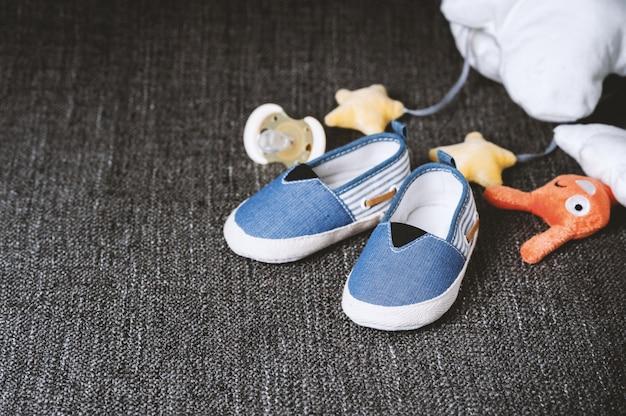 Маленькие туфли для ребенка крупным планом