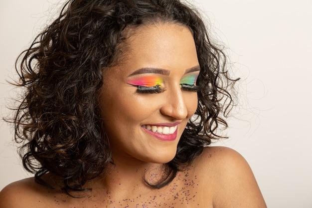 巻き毛とカラフルなメイクと美容ファッションモデルの女の子。アフロ女性の笑みを浮かべて