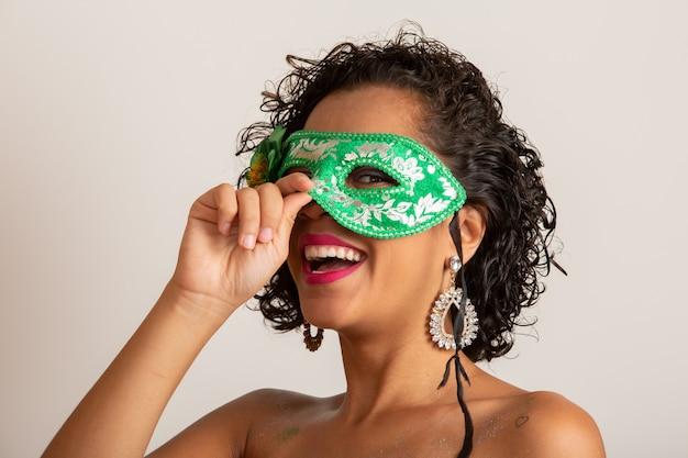 Бразильский карнавал молодая женщина в костюме, наслаждаясь карнавал партии.