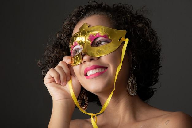 ブラジルのカーニバル。カーニバルパーティーを楽しんでいる衣装の若い女性。