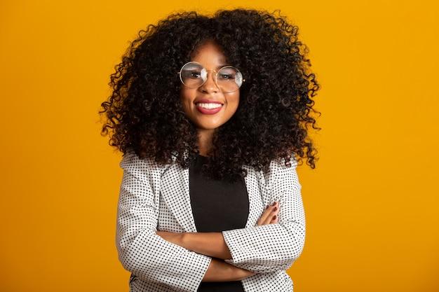Бизнес черная женщина на желтой стене