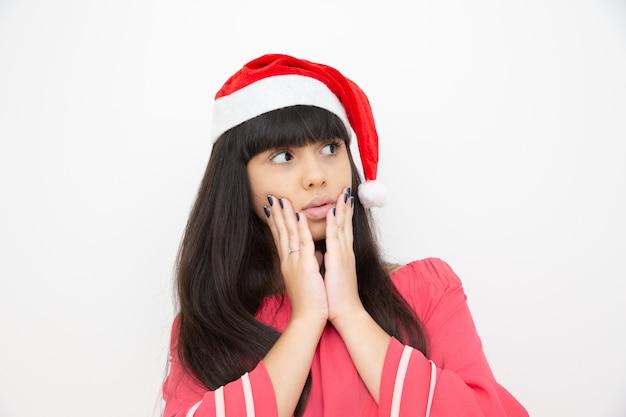 サンタ帽の若い女性が怖い