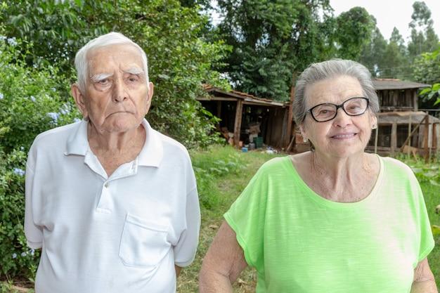 Счастливые старшие фермеры улыбаются