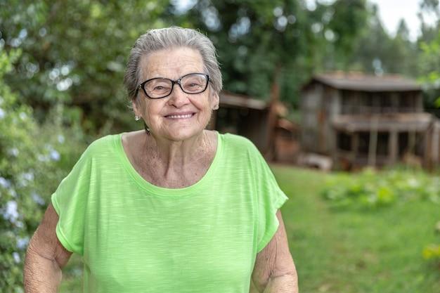 幸せなブラジルの老人農家。