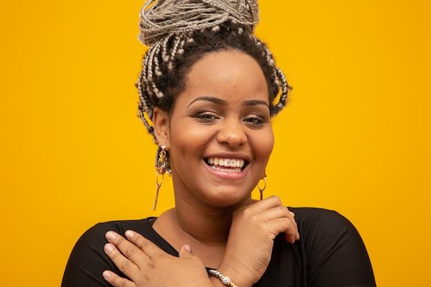 黄色の恐怖の髪を持つ美しい若いアフリカ系アメリカ人女性