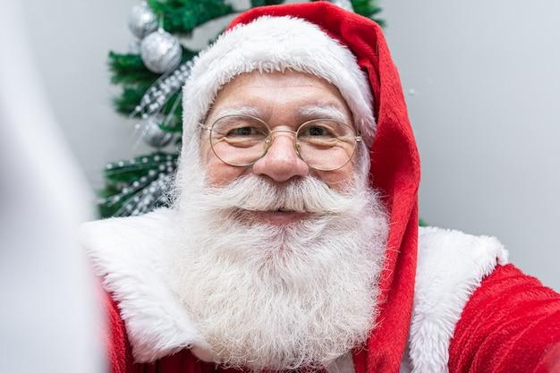 Санта-клаус делает селфи фото. рождественская ночь доставка подарков. заколдованные мечты детей.