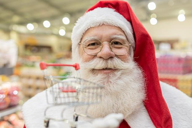 スーパーで食料品の買い物をしているサンタクロース