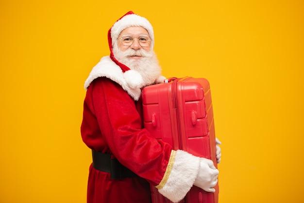 Дед мороз со своим чемоданом. новогодняя концепция путешествий