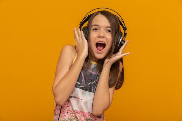 ヘッドフォンを持つ若い女