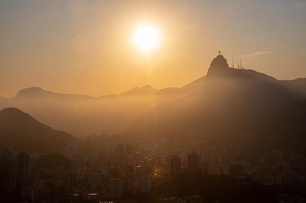 Вид на буханку сахара, корковадо и залив гуанабара, рио-де-жанейро, бразилия