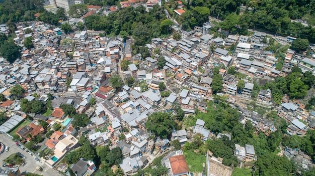 Фавела, бразильские трущобы на склоне холма в рио-де-жанейро