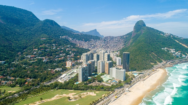 ファベーラダロチーニャ、リオデジャネイロの山の上のブラジルで最大のスラム街、背後にある都市のスカイラインの空撮