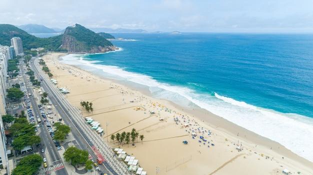 Воздушное изображение пляжа копакабана в рио-де-жанейро. бразилия.