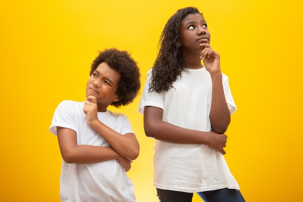 Вдумчивые дети на желтом.