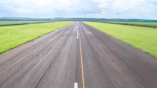 舗装された飛行機の滑走路