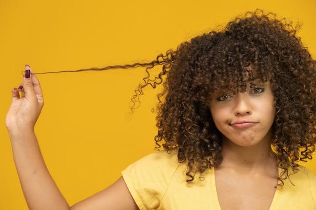 彼女の髪に触れる不幸な若い女性