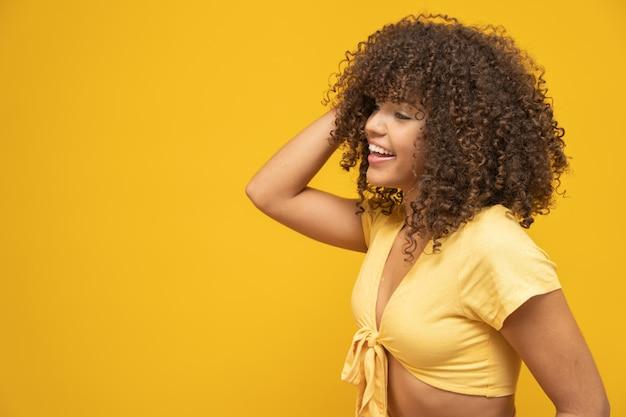 笑顔と側で見て美しいブルネットモデル