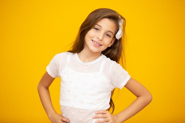 Портрет счастливой улыбающейся девочки