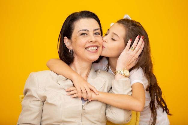 少女が母親にキス