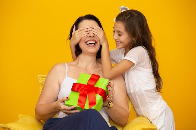День матери с подарочной коробкой-сюрпризом