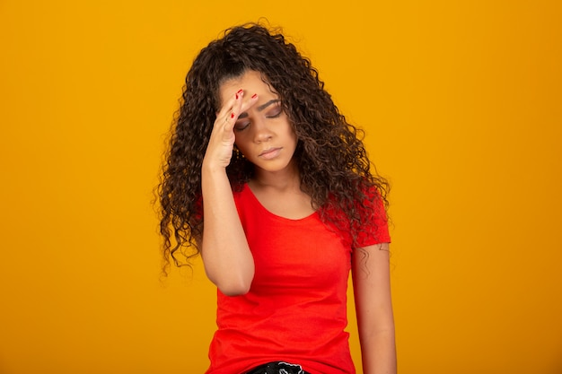 頭の上の手を保つストレスの多いおしゃれ女性