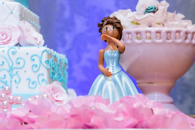 人形を飾る誕生日ケーキ