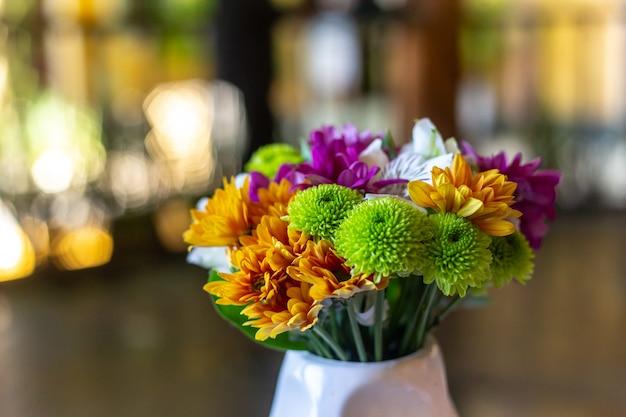 リオデジャネイロの環境の装飾に使用されるプラスチック製の花。