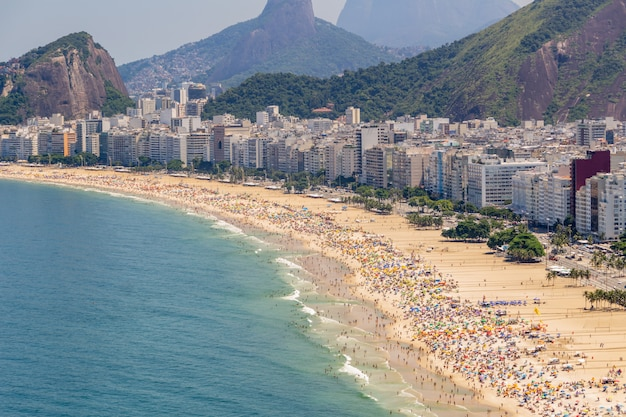 リオデジャネイロの典型的な晴れた日曜日に満ちたコパカバーナビーチ。