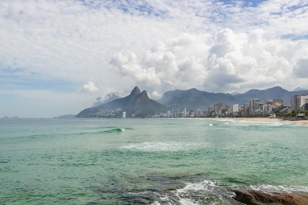 Пляж арпоадор пуст во время пандемии коронавируса в рио-де-жанейро.