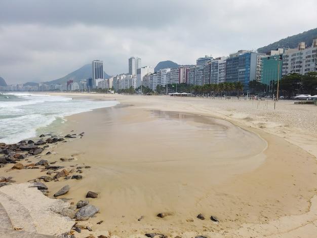 Пустой пляж копакабана во время карантина коронавируса в рио-де-жанейро.