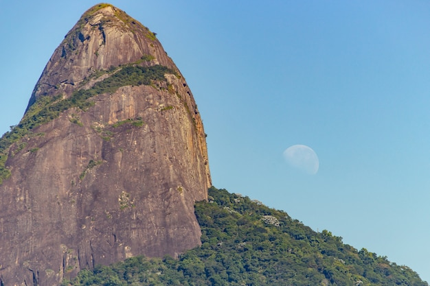Холм двух братьев с заходом луны в рио-де-жанейро.