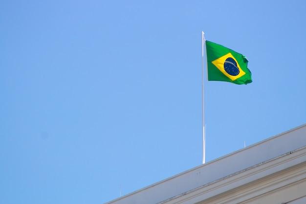 Бразильский флаг на открытом воздухе на крыше здания на пляже копакабана
