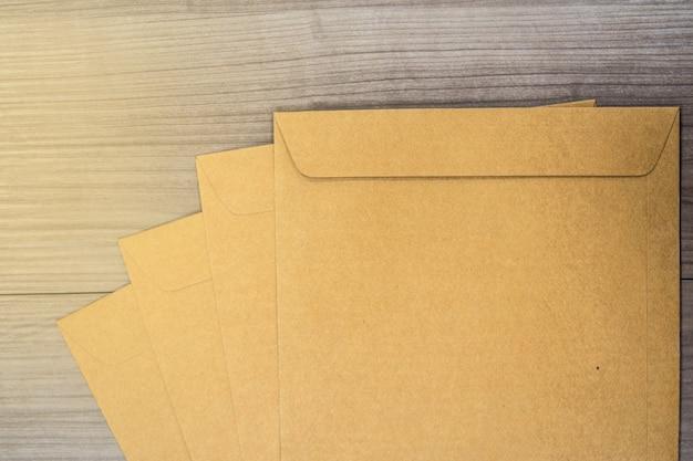 木製の床の表面に茶色の封筒