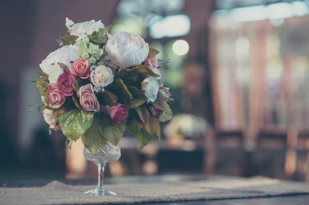 ヴィンテージグラスの花瓶の花