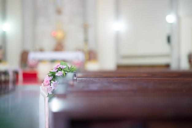 Цветы красиво украшены в церкви - изображения