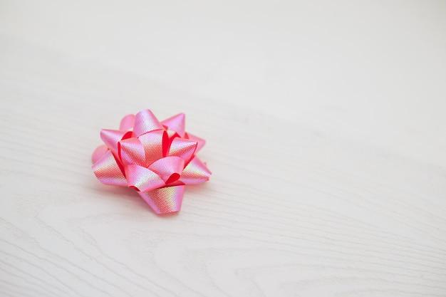 Розовая лента для подарочных коробок отдельно на белом фоне - фото