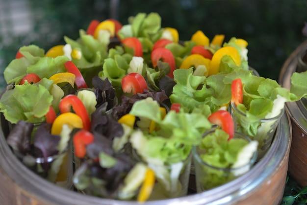 Овощной салат, приготовленный в контейнере для вечеринки.