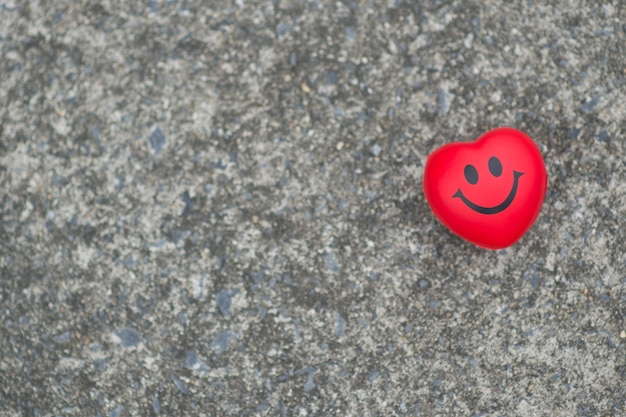 魅力的な赤いハートセメントスマイリーの顔の背景