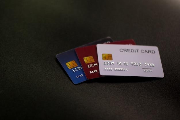 Кредитные карты на черной поверхности