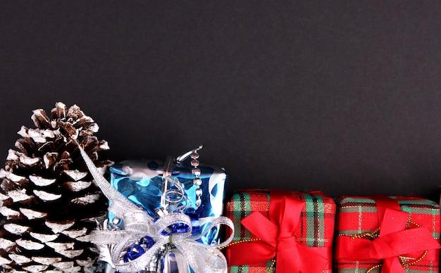 黒の背景を持つクリスマスの装飾。
