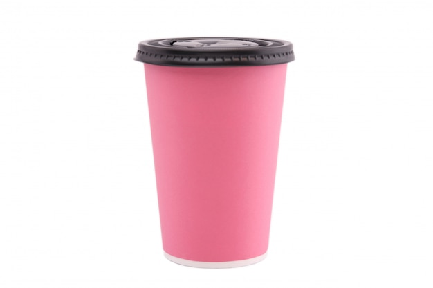 Розовый бумажный стаканчик изолированный на белой предпосылке.