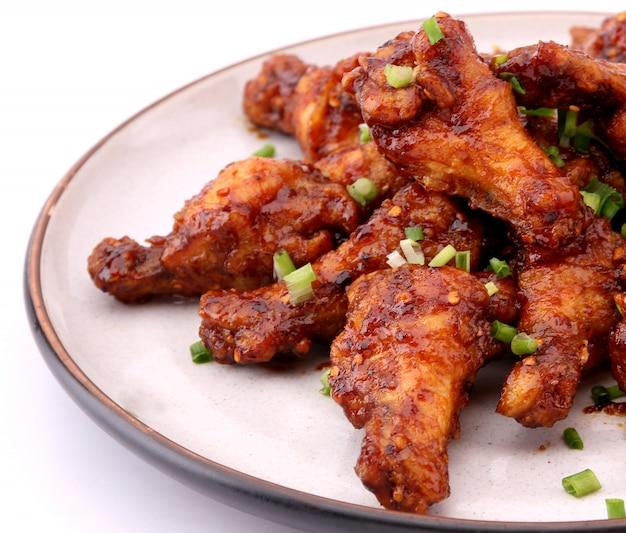 Очень вкусная корейская жареная курица на белой предпосылке.
